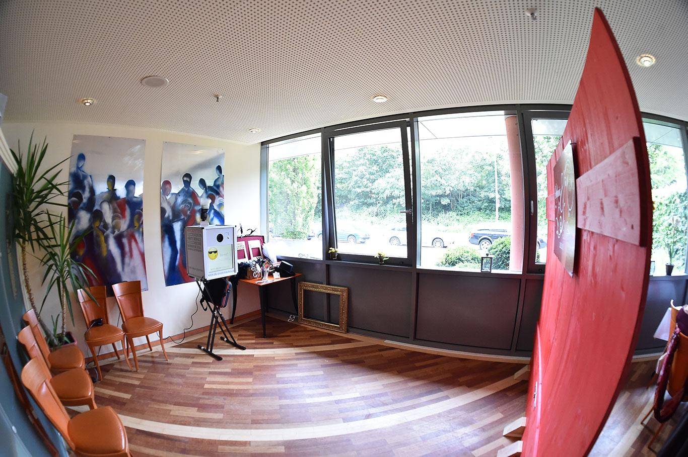 profi fotobox f r eine hochzeit zum schn ppchenpreis mieten. Black Bedroom Furniture Sets. Home Design Ideas